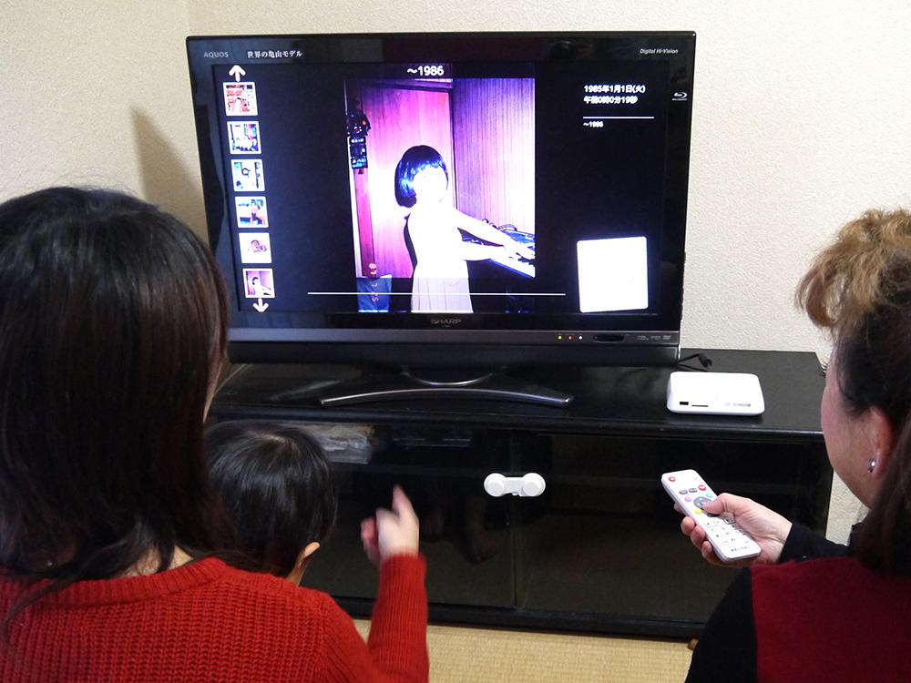 テレビを見る母と姉と甥
