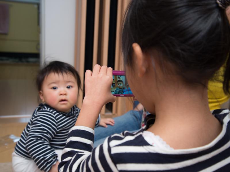 子どもにカメラを渡そう!娘がいとこの赤ちゃんを撮りまくったワケ
